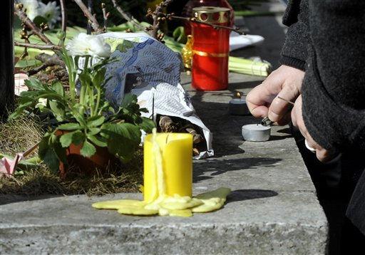 """<div class=""""meta """"><span class=""""caption-text """">Ein Passant zuendet am Sonntag (13.03.11) vor der japanischen Botschaft in Berlin fuer die Opfer des Erdbebens in Japan eine Kerze an. Die japanische Polizei rechnet eigenen Angaben zufolge mit mehr als 10.000 Todesopfern in der Region um Miyagi. Die Stadt war von dem Erdbeben der Staerke 8,9 sowie von dem anschliessenden Tsunami am Freitag (11.03.11) besonders schwer getroffen worden. (zu dapd-Text) Foto: Berthold Stadler/dapd (Photo/Berthold Stadler)</span></div>"""
