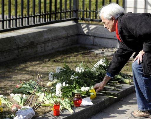 Hans-Christian Stroebele, Bundestagsabgeordneter von Buendnis 90&#47; Die Gruenen, legt am Sonntag &#40;13.03.11&#41; vor der japanischen Botschaft in Berlin fuer die Opfer des Erdbebens in Japan Blumen nieder. Die japanische Polizei rechnet eigenen Angaben zufolge mit mehr als 10.000 Todesopfern in der Region um Miyagi. Die Stadt war von dem Erdbeben der Staerke 8,9 sowie von dem anschliessenden Tsunami am Freitag &#40;11.03.11&#41; besonders schwer getroffen worden. &#40;zu dapd-Text&#41; Foto: Berthold Stadler&#47;dapd <span class=meta>(Photo&#47;Berthold Stadler)</span>