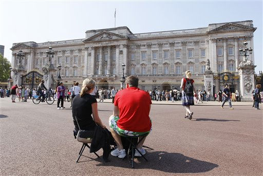 Tourists rest infront of Buckingham Palace in London, Monday, April, 25, 2011. Britain&#39;s Prince William is set to marry Kate Middelton at Westminster Abbey in London, on Friday. &#40;AP Photo&#47;Alastair Grant&#41; <span class=meta>(AP Photo&#47; Alastair Grant)</span>