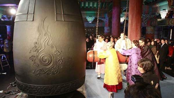 "<div class=""meta image-caption""><div class=""origin-logo origin-image ""><span></span></div><span class=""caption-text"">Park Won-soon, a mayor of South Korean capital Seoul, center far, and other participants hit a huge bell to welcome the New Year at the Bosingak pavilion in Seoul, South Korea, Sunday, Jan. 1, 2012. (AP Photo/ Lee Jin-man, Pool) (AP Photo/ Lee Jin-man)</span></div>"