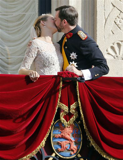 Luxembourg&#39;s Prince Guillaume and Countess Stephanie kiss on the balcony of the Royal Palace, with part of the Luxembourg coat of arms seen below, after their wedding in Luxembourg, Saturday, Oct. 20, 2012. &#40;AP Photo&#47;Michael Probst&#41; <span class=meta>(AP Photo&#47; Michael Probst)</span>