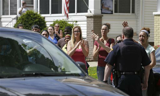 Neighbors and friends of Amanda Berry clap as she arrives at her sister&#39;s home  Wednesday, May 8, 2013, in Cleveland. Berry, 27, Michelle Knight, 32, and DeJesus, had apparently been held captive in the house since their teens or early 20s, police said.   <span class=meta>(AP Photo&#47; Tony Dejak)</span>