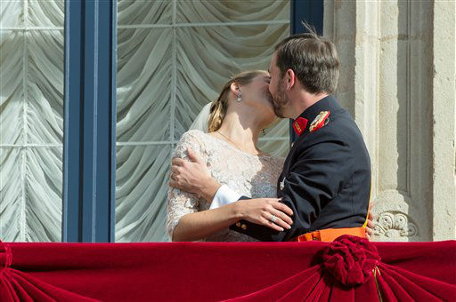 Luxembourg&#39;s Prince Guillaume and Countess Stephanie kiss on the balcony of the Royal Palace after their wedding in Luxembourg, Saturday, Oct. 20, 2012. &#40;AP Photo&#47;Geert Vanden Wijngaert&#41; <span class=meta>(AP Photo&#47; Geert Vanden  Wijngaert)</span>