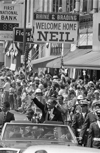 "<div class=""meta ""><span class=""caption-text "">Neil Armstrong, the first man to walk on the moon and a hero to the world, waves to the hometown folks on Sept. 6, 1969 during a big homecoming parade in his honor at Wapakoneta, Ohio. Armstrong?s son, Mark, is beside him.  (AP Photo/ Anonymous)</span></div>"