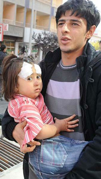 A man carries an injured child in the city of Van after a powerful earthquake struck eastern Turkey Sunday Oct. 23, 2011, collapsing some buildings and causing a number of deaths, an official said. &#40; AP Photo&#47; Abdurrahman Antakyali, Aatolia&#41; TURKEY OUT <span class=meta>(AP Photo&#47; Abdurrahman Antakyali)</span>