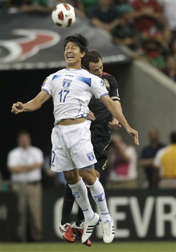 Honduras&#39; Roger Espinoza, left, and Mexico&#39;s Gerardo Torrado go up for a header during the first half of a CONCACAF Gold Cup semifinal soccer match Wednesday, June 22, 2011, in Houston.  <span class=meta>(AP Photo&#47; David J. Phillip)</span>