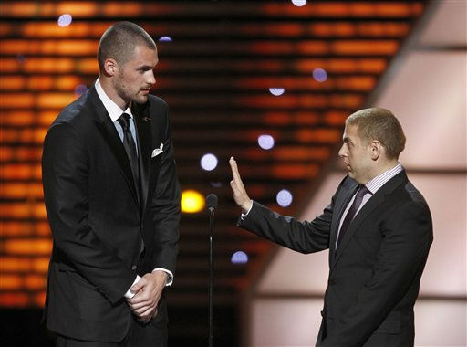 "<div class=""meta ""><span class=""caption-text "">L to R, Minnesota Timberwolves Kevin Love and Jonah Hill present the award for Best Game at the ESPY Awards on Wednesday, July 13, 2011, in Los Angeles. (AP Photo/Matt Sayles) (AP Photo/ Matt Sayles)</span></div>"