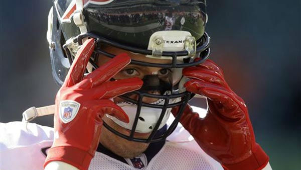 "<div class=""meta ""><span class=""caption-text "">Houston Texans linebacker Brian Cushing warms up prior to an NFL football game against the Cincinnati Bengals, Sunday, Dec. 11, 2011, in Cincinnati. (AP Photo/David Kohl) (AP Photo/ David Kohl)</span></div>"
