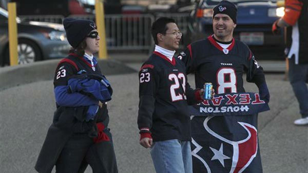 "<div class=""meta ""><span class=""caption-text "">Houston Texans fans walk to Paul Brown Stadium prior to an NFL football game between the Houston Texans and Cincinnati Bengals, Sunday, Dec. 11, 2011, in Cincinnati. (AP Photo/Tony Tribble) (AP Photo/ Tony Tribble)</span></div>"