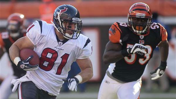 Houston Texans tight end Owen Daniels &#40;81&#41; runs past Cincinnati Bengals linebacker Thomas Howard &#40;53&#41; in the first half of an NFL football game, Sunday, Dec. 11, 2011, in Cincinnati. &#40;AP Photo&#47;Tony Tribble&#41; <span class=meta>(AP Photo&#47; Tony Tribble)</span>