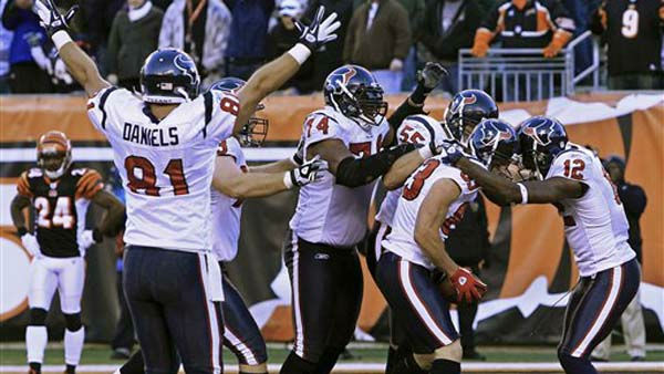 "<div class=""meta ""><span class=""caption-text "">Houston Texans wide receiver Kevin Walter (83) is mobbed by teammates after catching a touchdown pass in the closing seconds of an NFL football game against the Cincinnati Bengals, Sunday, Dec. 11, 2011, in Cincinnati. Houston won 20-19. (AP Photo/Al Behrman) (AP Photo/ Al Behrman)</span></div>"