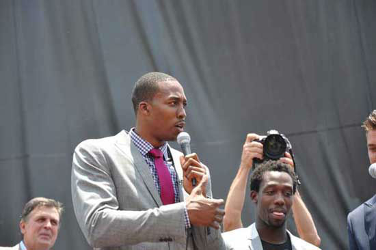 The Houston Rockets hosted a Red Rally downtown where fans braved the heat to welcome Dwight Howard to the team and to the city <span class=meta>(KTRK Photo&#47; Kristy Gillentine)</span>
