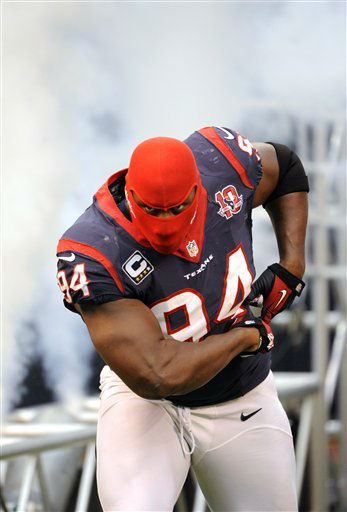 "<div class=""meta ""><span class=""caption-text "">Houston Texans defensive end Antonio Smith (94) is introduced before an NFL football game against the Minnesota Vikings Sunday, Dec. 23, 2012, in Houston. (AP Photo/Dave Einsel) (AP Photo/ Dave Einsel)</span></div>"