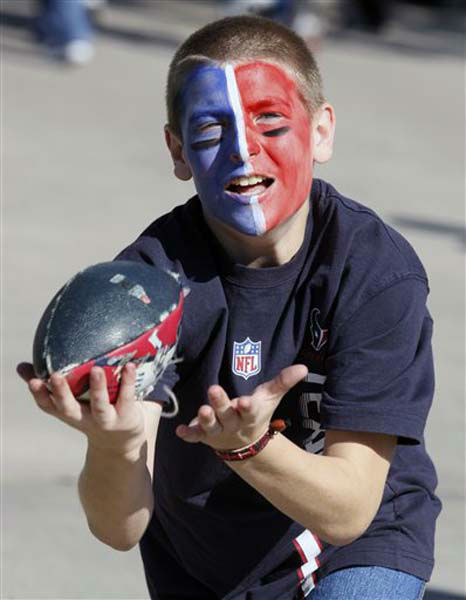 Houston Texans fan Matthew Vanderford, 12, catches a ball before an NFL football game against the Jacksonville Jaguars Sunday, Nov. 18, 2012, in Houston. &#40;AP Photo&#47;Patric Schneider&#41; <span class=meta>(Photo&#47;Patric Schneider)</span>