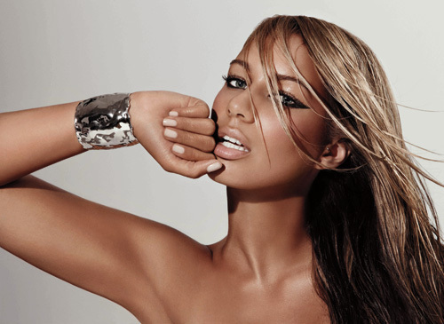Despite being far from overweight, British songstress Leona Lewis decided to slim down after being body conscious for years. In an interview with Grazia magazine in 2010, Lewis revealed how she shed the pounds-by following a diet heavy on vegetables, drinking water and avoiding all processed foods for an entire month. <span class=meta>(Twitter.com&#47;leonalewismusic)</span>