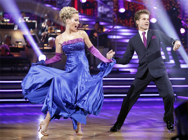Kendra Wilkinson and her partner Louis van Amstel received 19 out of 30 from the judges for their Quickstep on week 2 of 'Dancing With