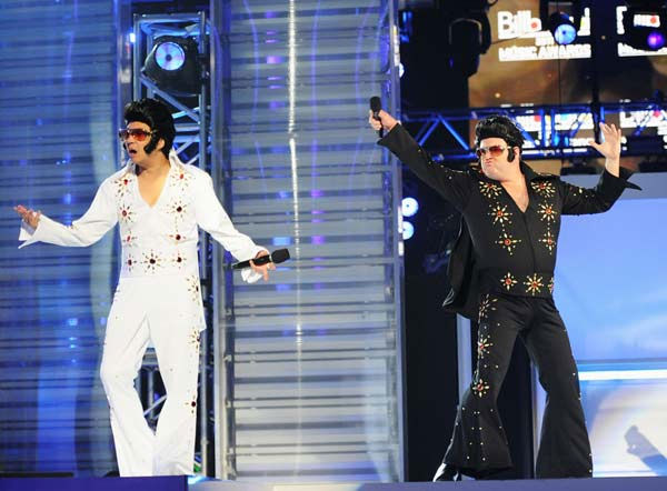 "<div class=""meta ""><span class=""caption-text "">'Modern Family' star Eric Stonestreet dons a black Elvis costume with Billboard Awards host Ken Jeong in White at the 2011 Billboard Music Awards in Las Vegas on Sunday, May 22, 2011. (ABC Photo/ Kevin Mazur)</span></div>"