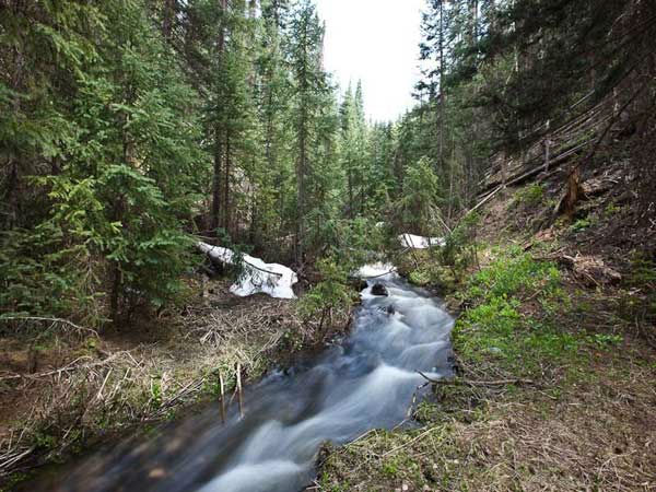 "<div class=""meta image-caption""><div class=""origin-logo origin-image ""><span></span></div><span class=""caption-text"">The creek on the property of Jerry Seinfeld's mansion in Telluride, Colorado which has 11 bedrooms, 11 bathrooms, mountain views and a creek and is on the market for $18 million. (Photo/SothebysRealty.com)</span></div>"