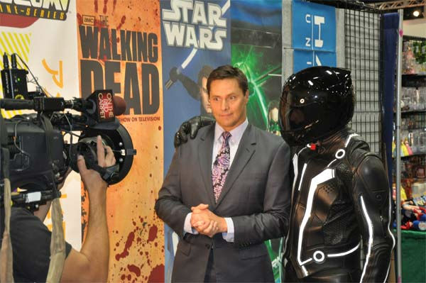 "<div class=""meta ""><span class=""caption-text "">OnTheRedCarpet.com host Chris Balish poses with a convention attendee dressed as Sam Flynn from 'Tron: Legacy' at Comic-Con in San Diego on Wednesday, July 20, 2011. (OTRC Photo)</span></div>"