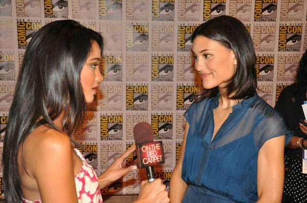 "<div class=""meta ""><span class=""caption-text ""> OnTheRedCarpet.com co-host Rachel Smith interviews Julia Jones from 'The Twilight Saga' at Comic-Con in San Diego on Thursday, July 21, 2011. (OTRC Photo)</span></div>"