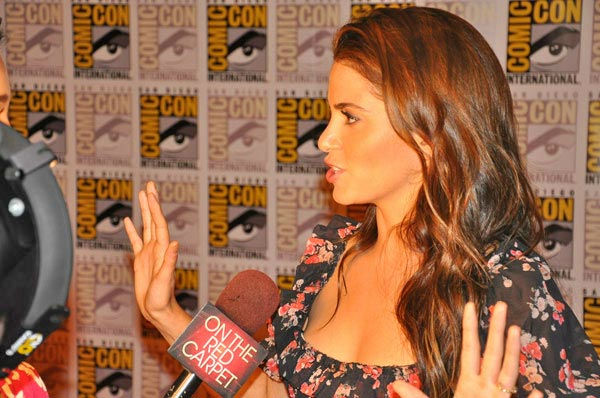 "<div class=""meta ""><span class=""caption-text "">OnTheRedCarpet.com co-host Rachel Smith interviews Nikki Reed from 'The Twilight Saga' at Comic-Con in San Diego on Thursday, July 21, 2011. (OTRC Photo)</span></div>"