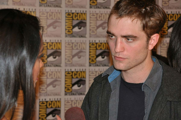 "<div class=""meta ""><span class=""caption-text "">OnTheRedCarpet.com co-host Rachel Smith interviews Robert Pattinson from 'The Twilight Saga' at Comic-Con in San Diego on Thursday, July 21, 2011. (OTRC Photo)</span></div>"