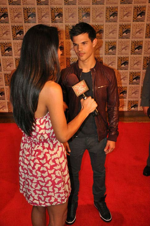 "<div class=""meta ""><span class=""caption-text "">OnTheRedCarpet.com co-host Rachel Smith interviews Taylor Lautner from 'The Twilight Saga' at Comic-Con in San Diego on Thursday, July 21, 2011. (OTRC Photo)</span></div>"