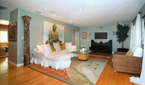 A living room in 'Gossip Girl' actress Leighton...