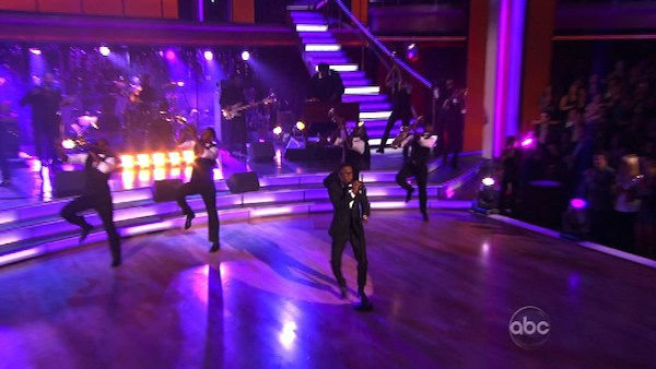 "<div class=""meta image-caption""><div class=""origin-logo origin-image ""><span></span></div><span class=""caption-text"">Singer Raphael Saadiq sang an original version of 'Soul Man' on 'Dancing With The Stars: The Result Show' on Tuesday, October 11, 2011. (ABC Photo)</span></div>"