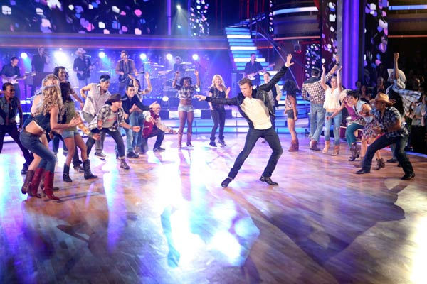 &#39;Dancing With the Stars&#39; two-time champion Julianne Hough and &#39;Footloose&#39; co-star Kenny Wormald joined Country Music Awards Entertainer of the Year nominee Blake Shelton his performance of the &#39;Footloose&#39; theme song on &#39;Dancing With The Stars: The Result Show&#39; on Tuesday, October 11, 2011. <span class=meta>(ABC Photo&#47; Adam Taylor)</span>