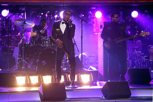 Singer Raphael Saadiq sang an original version of &#39;Soul Man&#39; on &#39;Dancing With The Stars: The Result Show&#39; on Tuesday, October 11, 2011. <span class=meta>(ABC Photo&#47; Adam Taylor)</span>