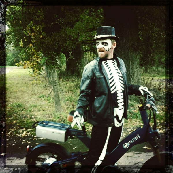 'Shawn of the Dead' star Simon Pegg dressed up in a skeleton costume in a photo <a href='https://twitter.com/#!/simonpegg/status/130611123492884480'
