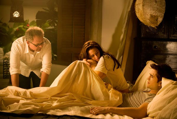 "<div class=""meta ""><span class=""caption-text "">Director Bill Condon, Kristen Stewart and Robert Pattinson appear in a photo from the set of 'The Twilight Saga: Breaking Dawn - Part 1.' (Summit Entertainment / Andrew Cooper)</span></div>"