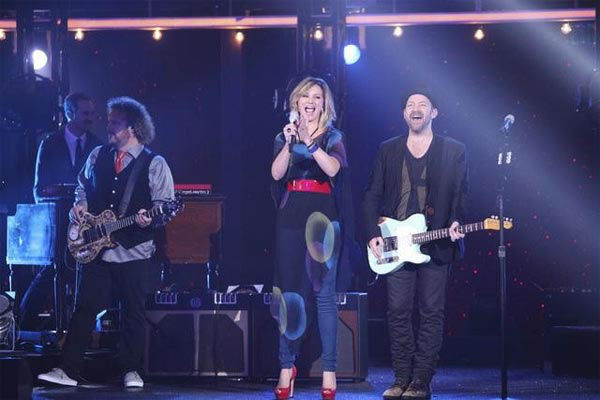 Country duo Sugarland performed 'Find the Beat Again' accompanied by four members of this season's Dan