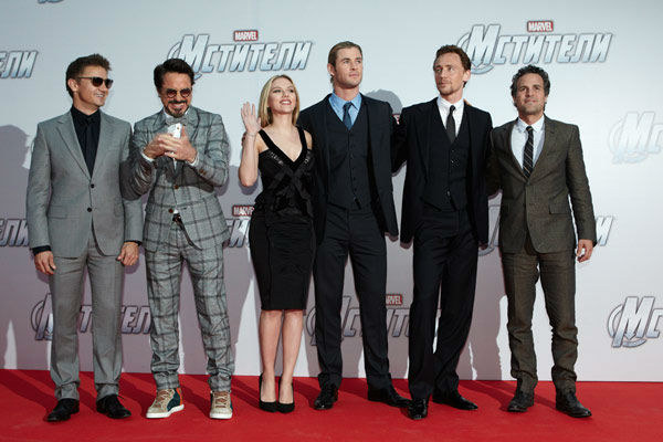 Jeremy Renner, Robert Downey, Jr, Scarlett...