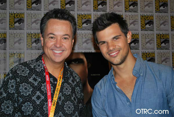 "<div class=""meta ""><span class=""caption-text "">George Pennacchio of KABC Television, parent company of OnTheRedCarpet.com and 'Twilight' actor Taylor Lautner appear in a photo at San Diego Comic-Con on Thursday, July 12, 2012. (OTRC Photo)</span></div>"
