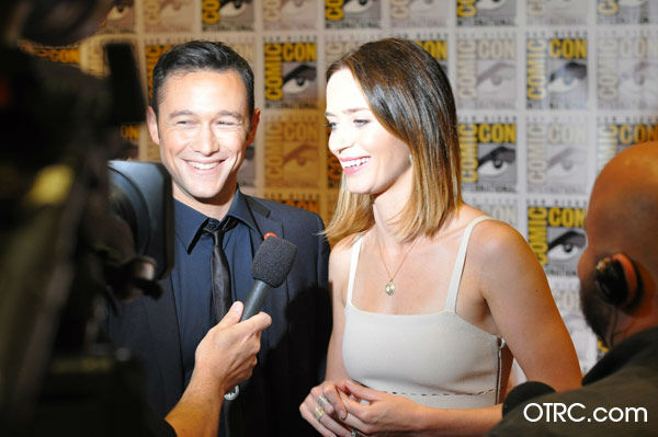 Joseph Gordon-Levitt and Emily Blunt of &#39;Looper&#39; appear in a photo at San Diego Comic-Con on Friday, July 13, 2012. <span class=meta>(OTRC Photo)</span>