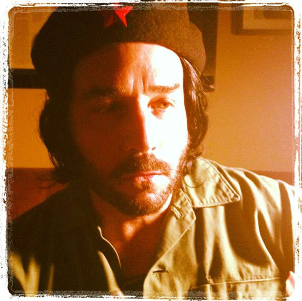 Jeremy Piven appears dressed as Che Guevara in a photo posted on his official Twitter page on October 27, 2012.