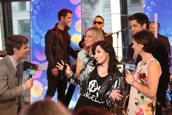 Demi Lovato appears with &#39;Good Morning America&#39; hosts George Stephanopoulos, Josh Elliott, Lara Spencer and guest host Elizabeth Vargas on April 10, 2013. <span class=meta>(ABC Photo&#47; Fred Lee)</span>