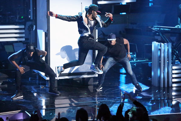 Jason Derulo performs his current single 'The Other Side' on 'Dancing With The Stars: The Results Show' on May 7, 2013.