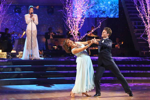 Valerie Harper and Tristan MacManus returned to the ballroom to perform on the season 17 finale of &#39;Dancing With The Stars&#39; on Nov. 26, 2013. <span class=meta>(ABC Photo&#47; Adam Taylor)</span>