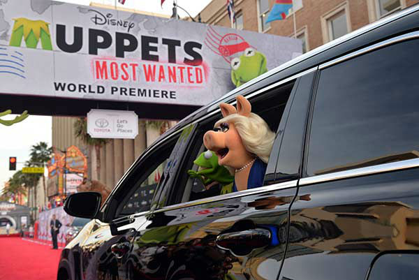 Kermit the Frog &#40;L&#41; and Miss Piggy arrive at the world premiere of Disney&#39;s &#39;Muppets Most Wanted&#39; at the El Capitan Theatre on March 11, 2014 in Hollywood, California. <span class=meta>(Alberto E. Rodriguez&#47;Getty Images for Disney)</span>