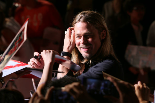 Brad Pitt signs autographs at the &#39;World War Z&#39; premiere at Roppongi Hills in Tokyo, Japan on July 29, 2013. <span class=meta>(Ken Ishii &#47; Getty Images for Paramount Pictures)</span>