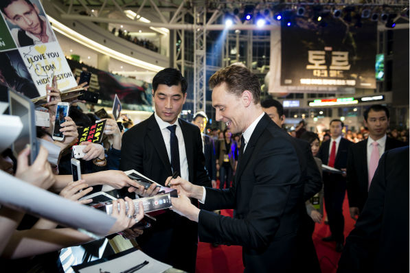 Tom Hiddleston signs autographs at a 'Thor: The Dar