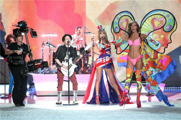 "<div class=""meta image-caption""><div class=""origin-logo origin-image ""><span></span></div><span class=""caption-text"">Taylor Swift and Fall Out Boy perform on the runway at the 2013 Victoria's Secret Fashion Show at the Lexington Armory in New York on Nov. 13, 2013. Pictured on the right: Supermodel Karlie Kloss. (Amanda Schwab / Startraksphoto.com)</span></div>"