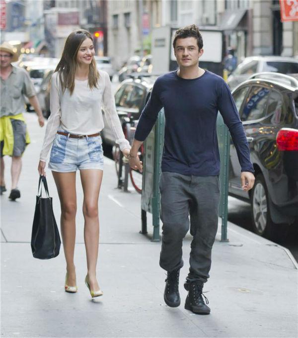 Miranda Kerr and Orlando Bloom walk on a street in New York on June 25, 2012. <span class=meta>(Javier Mateo &#47; Startraksphoto.com)</span>