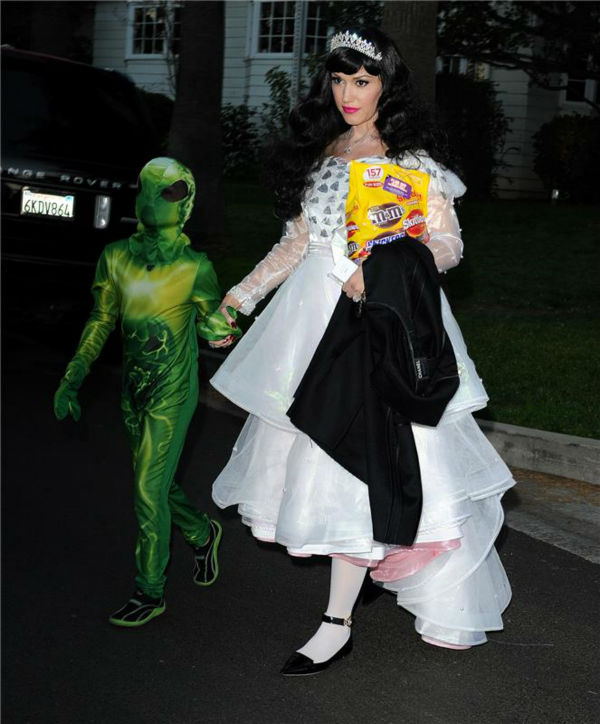 Gwen Stefani and son Kingston are seen Trick-Or-Treating in Los Angeles on Oct. 31, 2013.