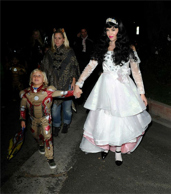 Gwen Stefani and son Zuma are seen Trick-Or-Treating in Los Angeles on Oct. 31, 2013.