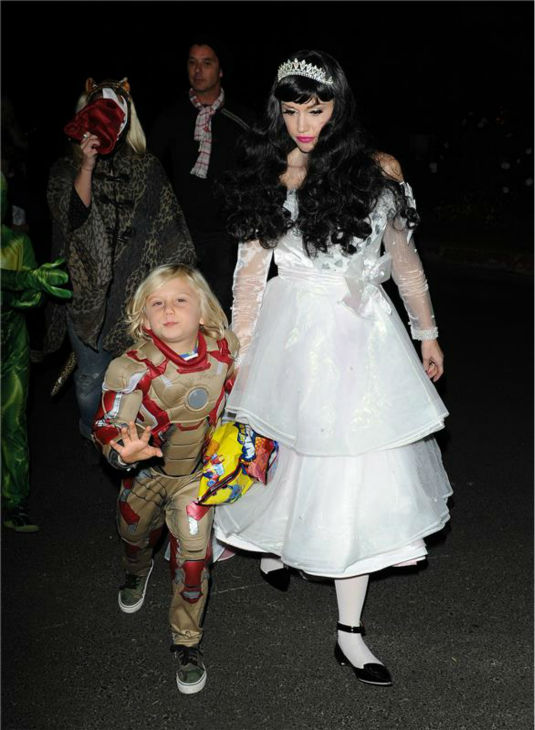 "<div class=""meta ""><span class=""caption-text "">Gwen Stefani and son Zuma are seen Trick-Or-Treating in Los Angeles on Oct. 31, 2013. (Daniel Robertson / Startraksphoto.com)</span></div>"