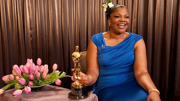 Mo'Nique poses with her award for best supporting actress for her work in 'Precio